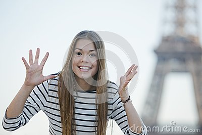 Gestikulierende und lächelnde Frau