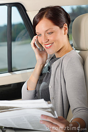 Gestionnaire exécutif de femme s asseyant véhicule en appelle