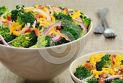 De salade van broccoli met bacon, kaas en rode ui