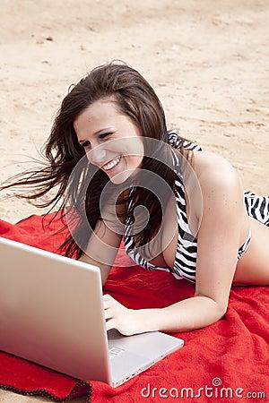Gestreepte bikini en laptop