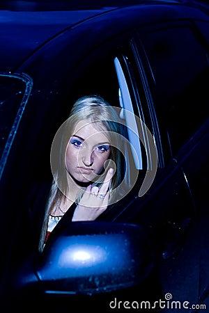 Gesturing femminile arrabbiato del driver