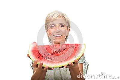 Gesunde ältere Frauenholdingwassermelone