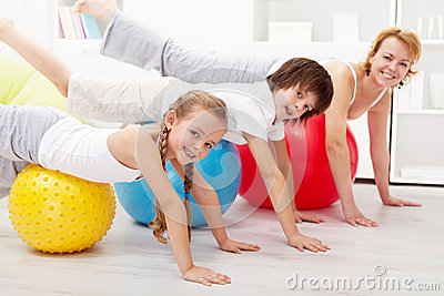 Gesunde Leute, die zu Hause balancierende Übung tun