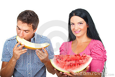 Gesunde Paare, die Melonen essen