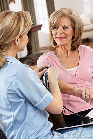 Gesundheits-Besucher, der Blutdruck der Frau nimmt