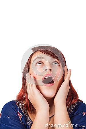 Getrennte überraschte junge Frau, die oben schaut