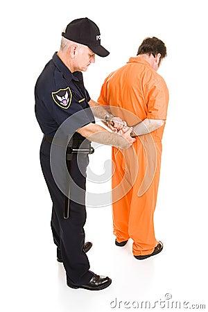 Gevangene die door Politieagent de handboeien om:doen