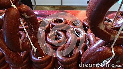 Gewürzwurst auf dem Markt stock footage