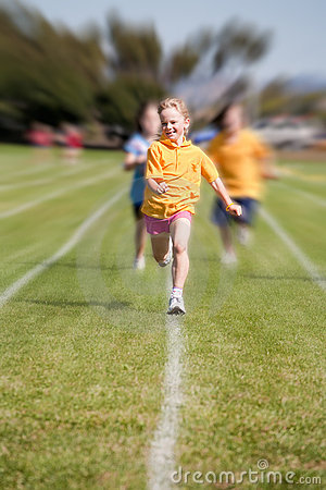 Gewinnendes Sportrennen des Mädchens