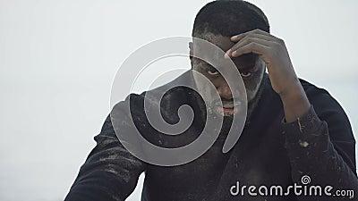 Gewonnen afro-amerikaanse man met haat, slachtoffer van rassenintimidatie, misbruik stock video
