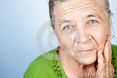 Gezicht van tevreden mooie oude hogere vrouw