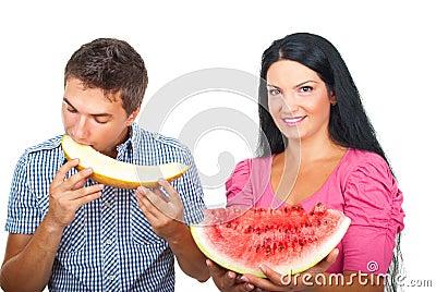 Gezond paar dat meloenen eet