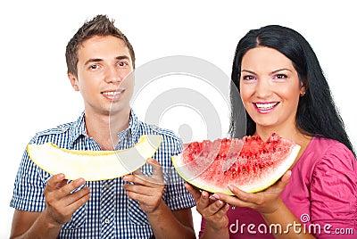 Gezond paar met watermeloen en meloen