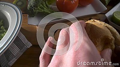 Gezond voedsel Gezond assortiment van groenten en vruchten met peulvruchten De mens snijdt vers brood Close-up stock footage