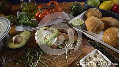 Gezond voedsel Gezond assortiment van groenten en vruchten met peulvruchten: sandwich met ontsproten avocado en sesam, stock video