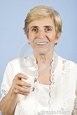 Gezonde oude vrouw het drinken melk