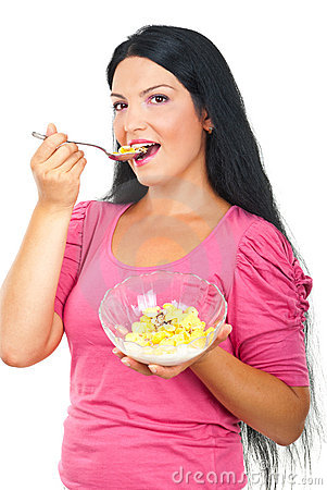 Gezonde vrouw die cornflakesgraangewassen eet