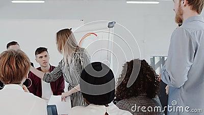 Gezonde werkplaats, de jonge bespreking van de bedrijfsvrouwen belangrijke groep bij modern licht langzaam de motie ROOD HELDENDI stock videobeelden