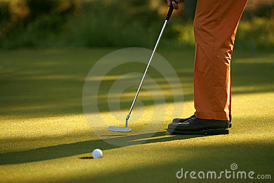 Giocatore di golf che affonda un putt