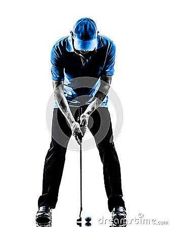 Giocatore di golf dell uomo che golfing mettendo siluetta