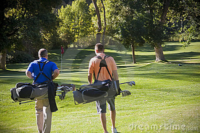 Giocatori di golf che camminano sul terreno da golf