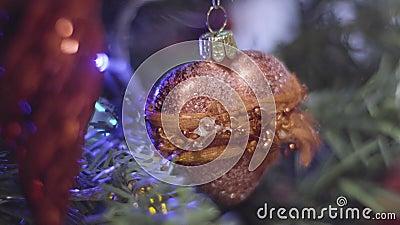 Giocattolo di Natale sotto forma di cuore Decorazione anno di nuovo e di natale Fondo di festa di Bokeh vago estratto archivi video