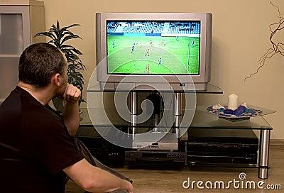 Gioco del calcio di sorveglianza dell uomo sulla TV