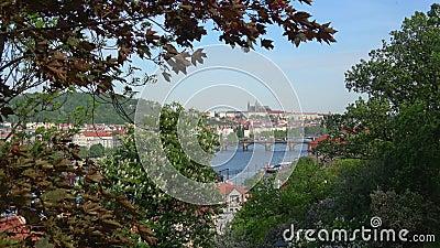 Giorno di molla ventoso a Praga La Cechia archivi video