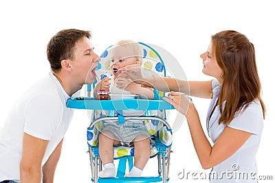 Giovane bambino dell alimentazione dei genitori.