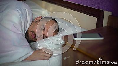Giovane che dorme nella base archivi video