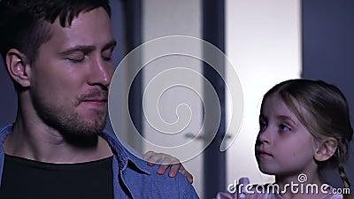 Giovane che grida per la moglie persa, poco padre sostenente della figlia nella depressione video d archivio