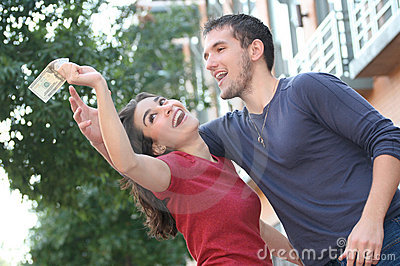Giovane combattimento delle coppie, discutente sui soldi