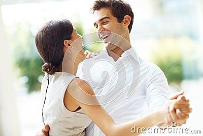 Giovane dancing romantico delle coppie