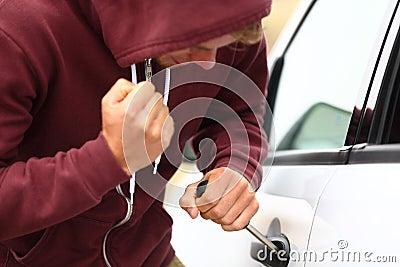 Giovane delinquente che ruba un automobile
