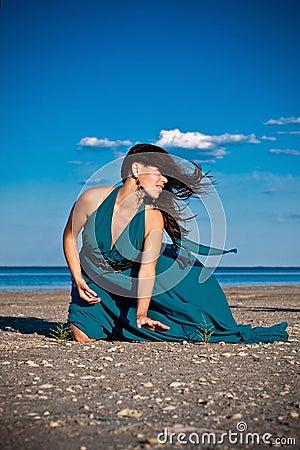 Giovane donna alla spiaggia
