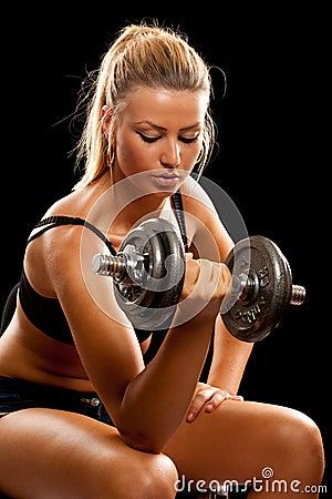 Giovane donna che fa allenamento