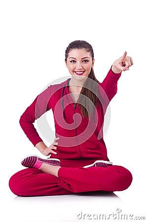 Giovane donna che fa gli esercizi