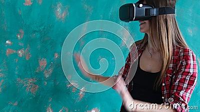 Giovane donna che gioca video gioco con la cuffia avricolare di realtà virtuale del cartone video d archivio