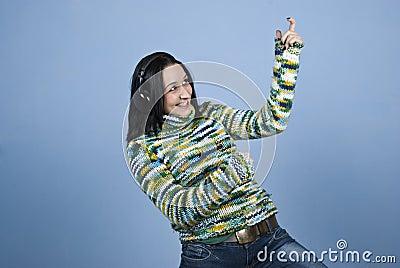 Giovane donna che gode della musica