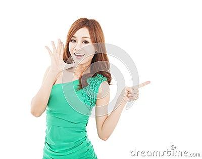 Giovane donna che grida e che indica a qualcosa
