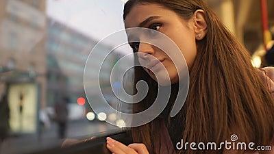 Giovane donna che guarda tristemente fuori la finestra del bus, depressione di sofferenza e solitudine stock footage