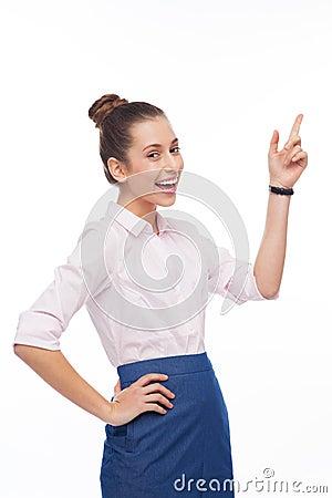 Giovane donna che indica in su