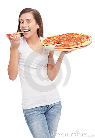Giovane donna che mangia pizza
