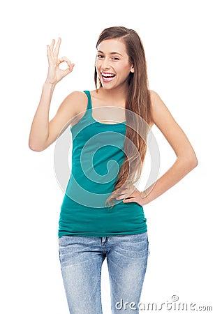 Giovane donna che mostra segno GIUSTO