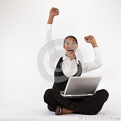 Giovane donna che per mezzo del computer portatile