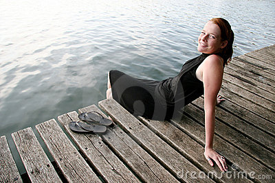 Giovane donna che si distende nel lago