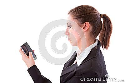 Giovane donna che texting sul telefono