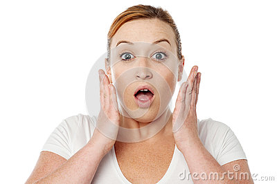 Giovane donna colpita sopra bianco