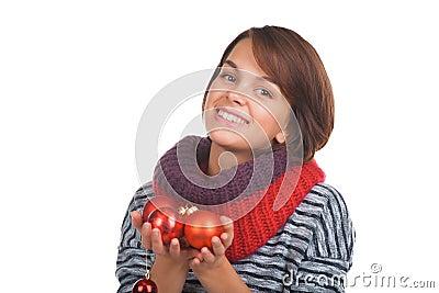 Giovane donna con la palla di natale