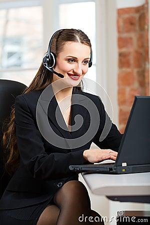 Giovane donna dal servizio di assistenza al cliente